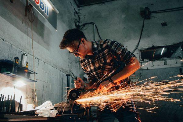 Apa Perbedaan Produk Rusak dan Produk Cacat dalam Gudang?